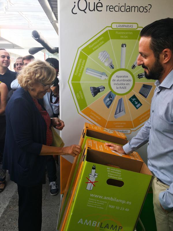 Manuela Carmena Recicla una bombilla en contenedor de AMBILAMP